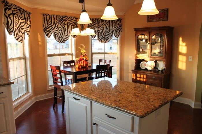 cortinas cocina, ideas para decorar la cocina, cortinas con estampado de zebra, cocina con barra en la mitad, armario vintage y grandes ventanales