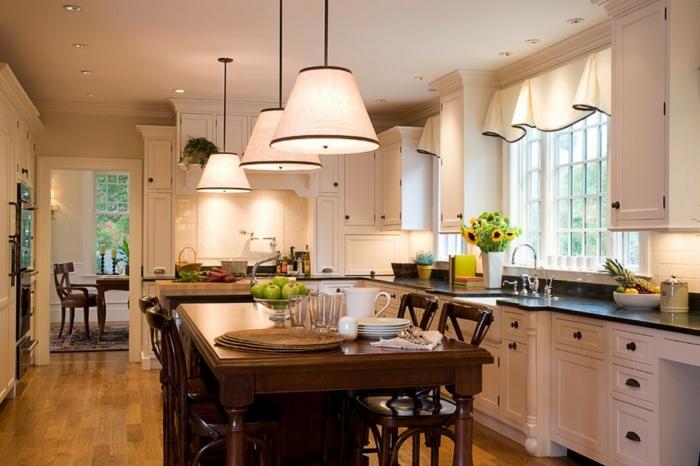 cortinas para cocina, grande cocina con comedor, mesa de madera masiva, lámparas modernas y cortinas en el mismo color