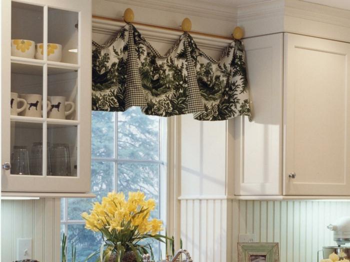 cortinas para cocina, preciosa idea de decoración para cocinas en blanco, cortinas con motivos botánicos en blanco y negro, decoración de flores