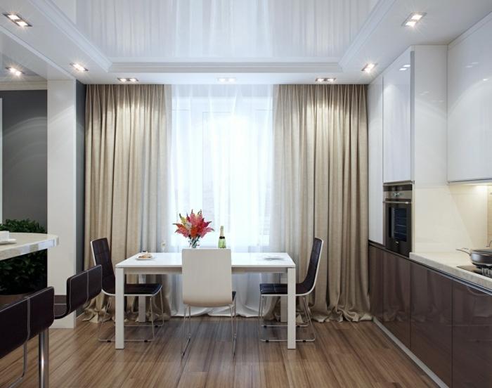 cocinas modernas blancas, comedor en estilo contemporáneo con cortinas en beige sofisticadas, suelo de parquet y techo en blanco con lámparas empotradas