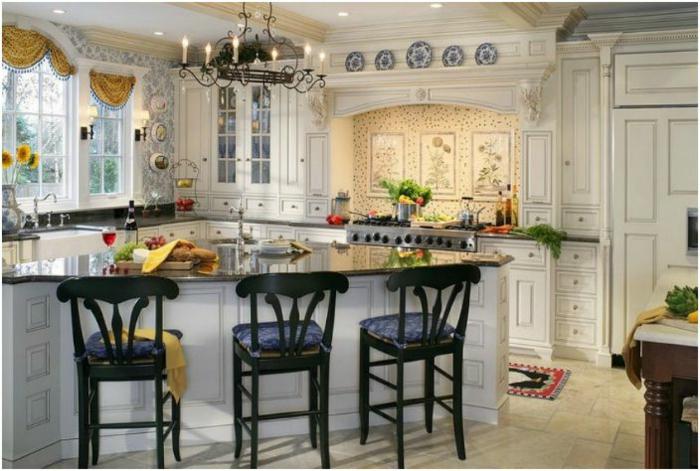 cocinas modernas blancas, cocina americana grande en estilo provenzal, mucha decoración, cortinas media ventana en amarillo
