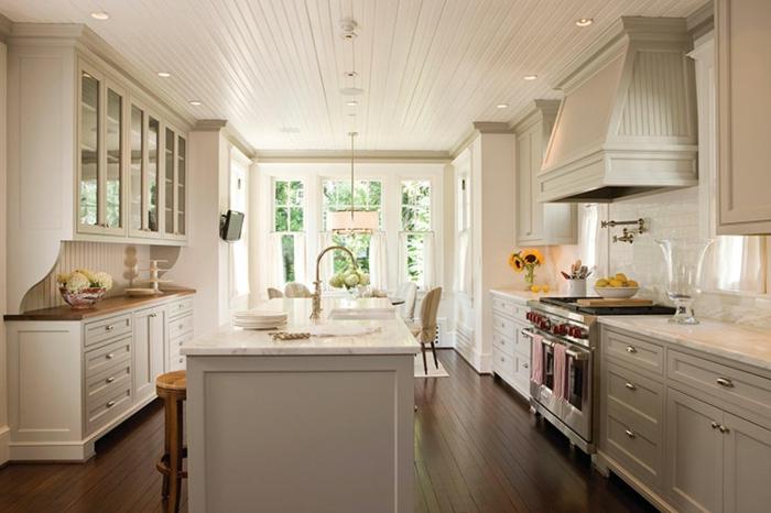 cocinas modernas blancas, grande cocina cocinas con isla en la mitad, suelo y techo de madera, cortinas de media ventana