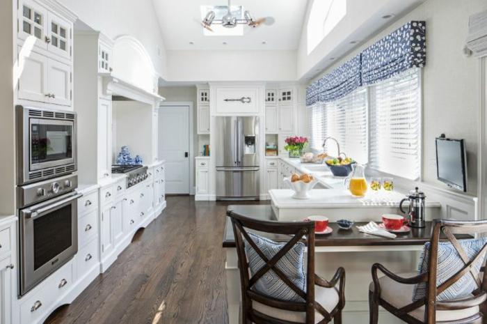 1001 ideas de cortinas de cocina encantadoras en for Sillas de cocina blancas de madera