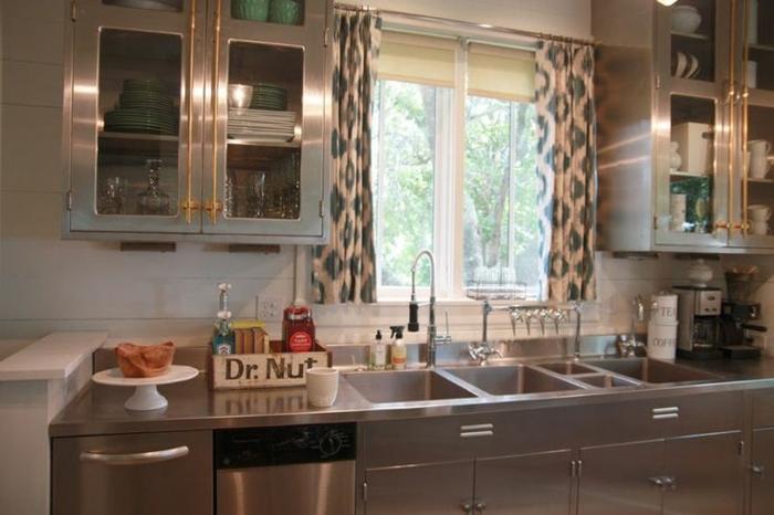 cocinas modernas blancas, cocina moderna con cortinas cortas de tela ligera y motivos en verde, cocina pequeña en estilo industrial