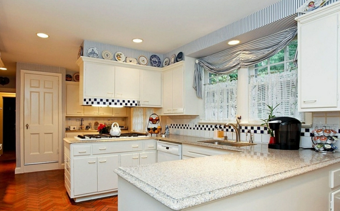 cocinas modernas blancas, grande cocina en blanco con detalles en azul, cortina enrollable en azul y blanco con estampado de rayas