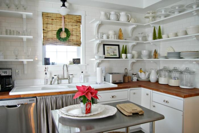 cocinas modernas blancas, preciosa cocina con estores de bambu, decoración de flores y plantas verdes