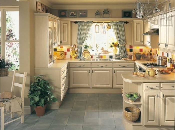 estores para cocina, cocina acogedora en beige con decoración de plantas, cortinas pequeñas en estampado de cuadros