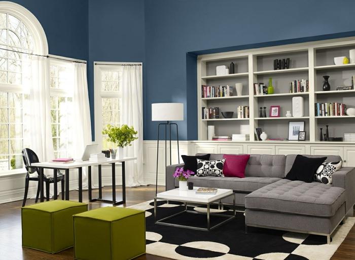 salon moderno, espacio grande con mucha luz natural, paredes en dos colores, azul grisáceo y blanco, taburetes verde manzana, escritorio y sofá