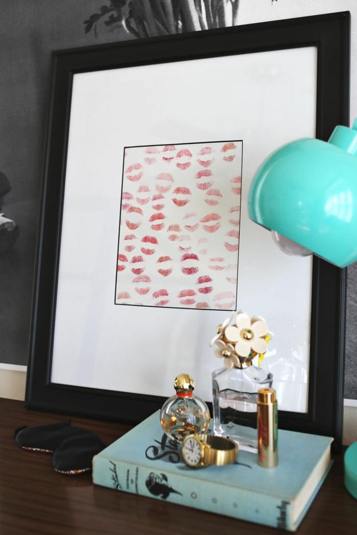 cuadro con besos en fondo blanco, marco de madera negra, regalos para hombres, sorpresa personalizada, mesa con libro y perfumes