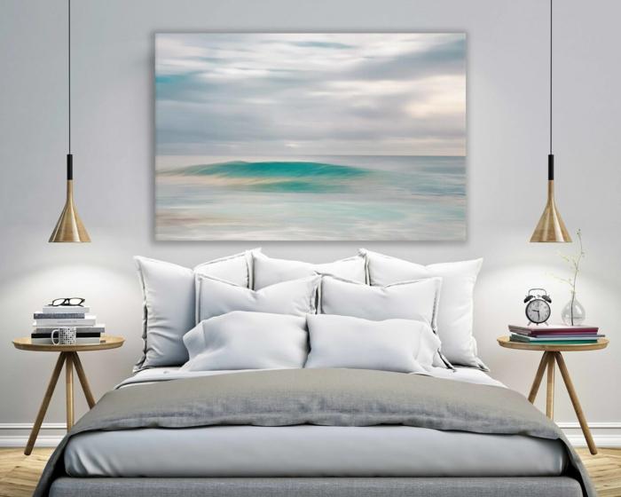propuesta de encanto, habitación moderna con lámparas de diseño original, grane cuadro en tonos claros