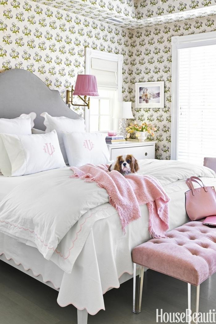 dormitorio moderno en estilo vintage, precioso pie de cama en capitoné tapizado de terciopelo en color rosado, cuadros decorativos pequeños
