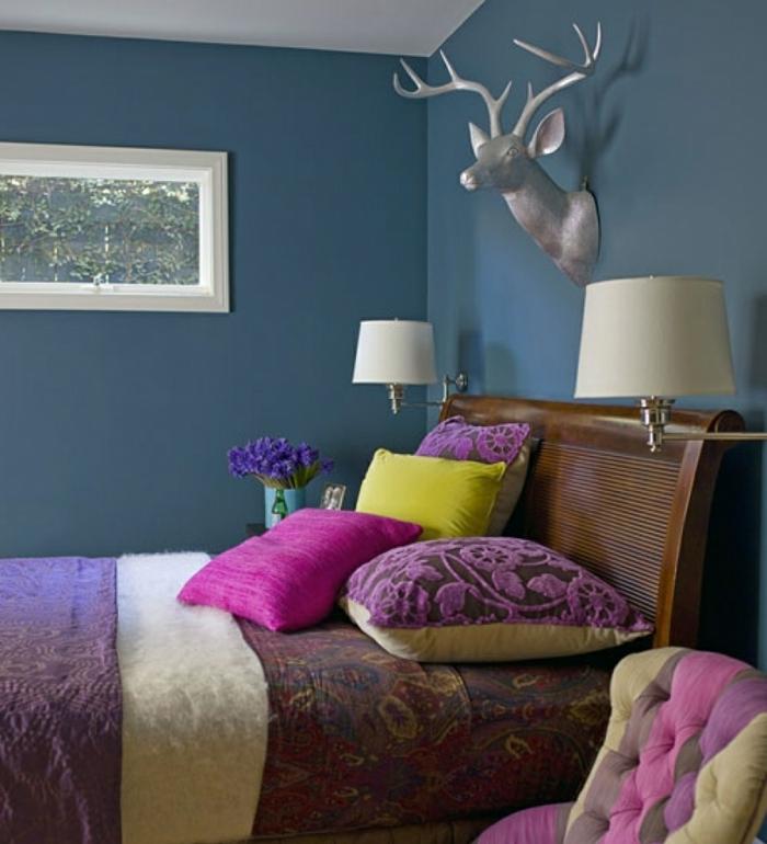 cuadros vintage para un dormitorio matrimonio con muebles en el mismo estilo, paredes pintadas en color porcelana