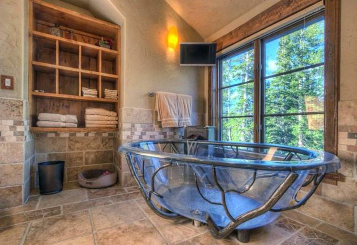 ideas de azulejos para baños rústicos, color beige neutral, armario de madera con muchos estantes, bañera de diseño atractivo