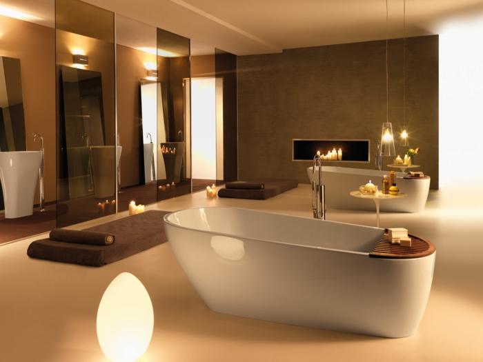 armario baño,baño grande con candelas encendidas, dos bañeras en forma oval, mámpara de vidrio, lavabos altos