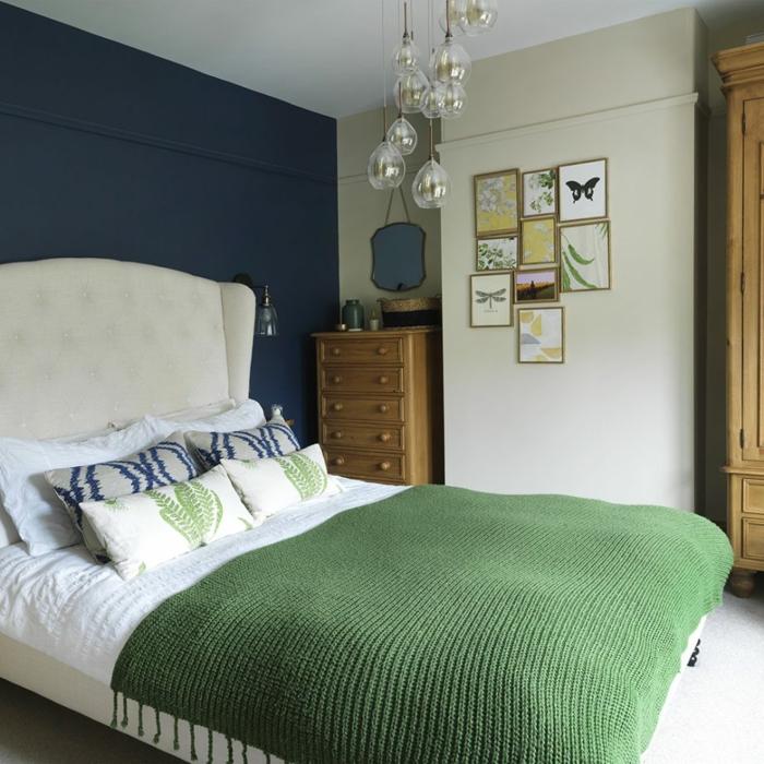 ideas con pequeños cuadros vintage, cama con cabecero en blanco, cabecero en capitoné, paredes en azul y blanco