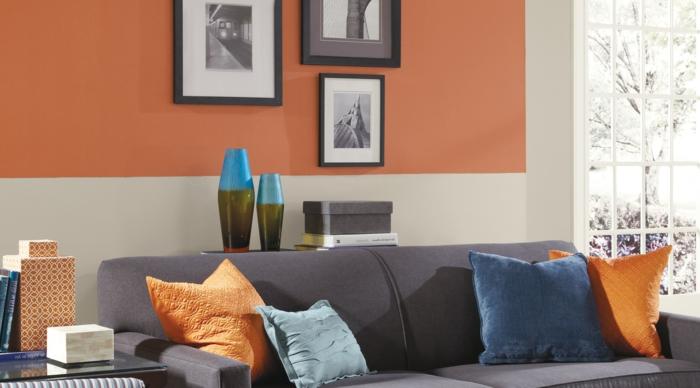 decoración nórdica, combinacion de colores, sala de estar pequeña, pared en blanco roto y anaranjado, sofá con cojines, ventana con carpintería en blanco