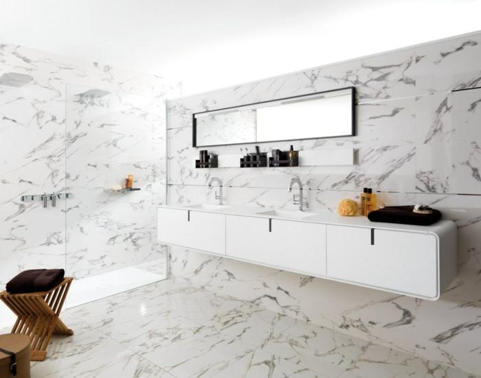 muebles auxiliares de baño, decoración con baldosas imitación de mármol, mueble de lavabo blanco de plástico, espejo rectangular, ducha de obra