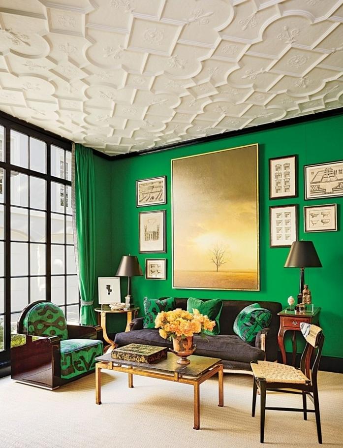 colores para salones, estilo original, pared verde llamativo, techo blanco con relieve, ventanal con cortinas vedres, mesa vintage de metal, rosas amarillas, cuadros