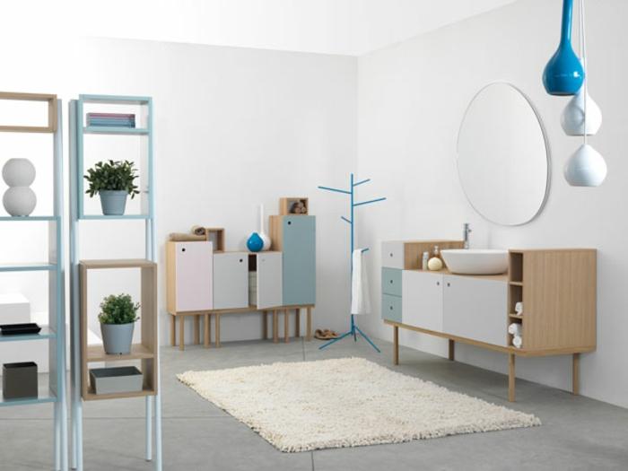 baño en colores pastel, muebles auxiliares, colores pastel, muebles con patas, estantes con macetas, espejo grande, lámpara azul