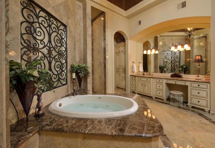 cuarto de baño moderno con lavabo tipo jaccuzi, estanterias para baños de madera, ambiente en beige con decoración de plantas verdes