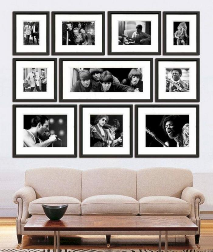 ideas para fotos, salón moderno con sofá en color rosado tapizada de terciopelo, pared con fotos de cantantes famosos en blanco y negro