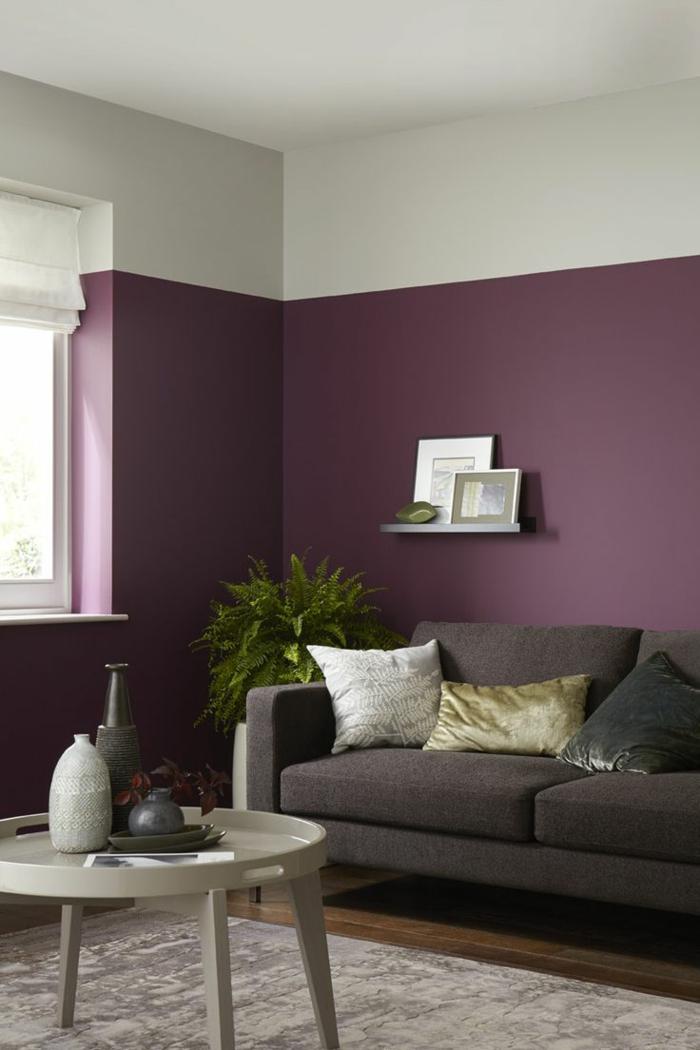 salon pequeño, pintura para paredes, idea con paredes en dos colores, blanco roto y morado bizantino, sofá vintage en marrón, mesa redonda