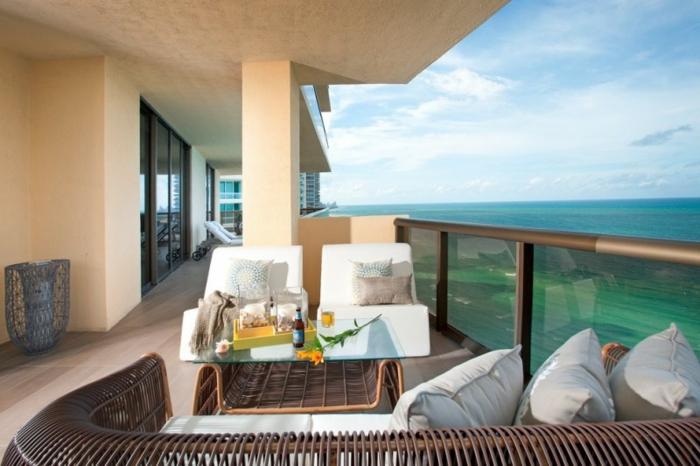 balcones con vista al mar, ideas terrazas decoracion con muebles de rattan, paredes pintados en color claro, sillones en blanco