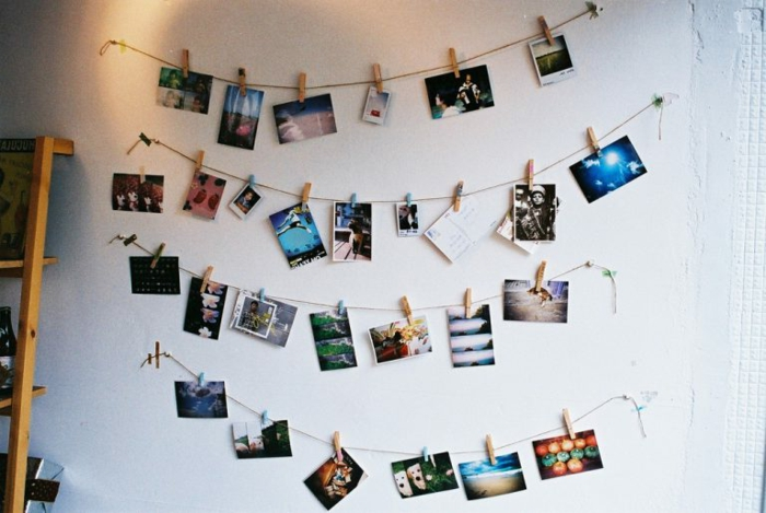 marcos de fotos originales, como decorar la pared con fotos colgantes, idea DIY para adornar la casa con recuerdos íntimos
