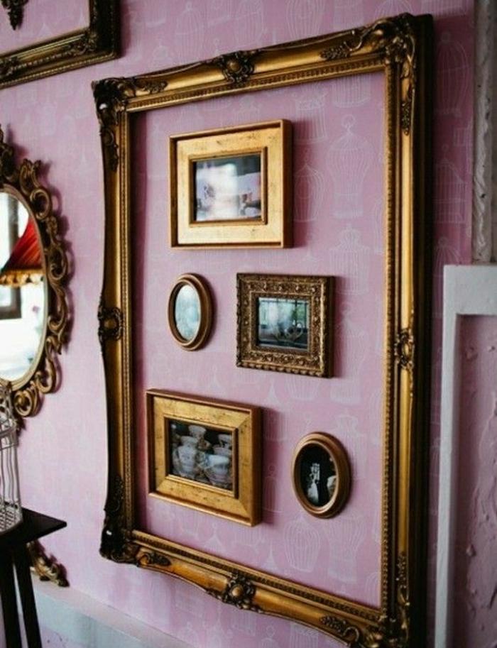 marcos de fotos originales, marco en dorado en estilo vintage con pequeños marcos dentro en el mismo color, pared con papel pintado en morado