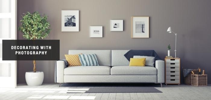 marcos de fotos originales, salón moderno en estilo minimalista con pared en color gris decorada de marcos con fotografias en blanco y negro