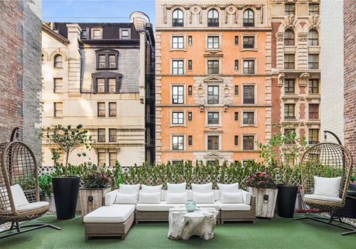 grande terraza decorada con muebles modernos, terrazas decoracion en blanco y beige, colores terrosos, sillones de mimbre