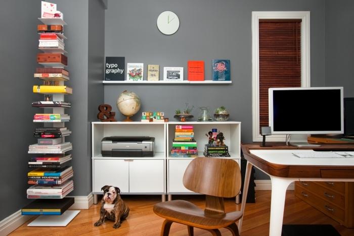 dormitorio juvenil, estanterias originales, librería de metal blanca apoyada en el suelo, escritorio con ordenador, ventana pequeña con persiana de madera, reloj de pared, mueble bajo blanco, perrito