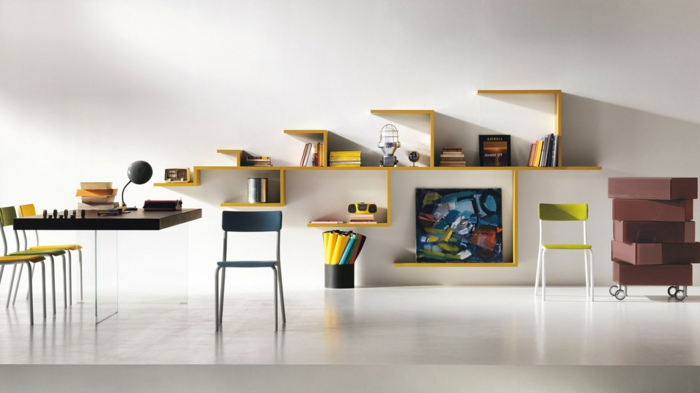 baldas de madera, estantes modernos en amartillo, despacho con escritorio y sillas, suelo laminado, paredes blancas