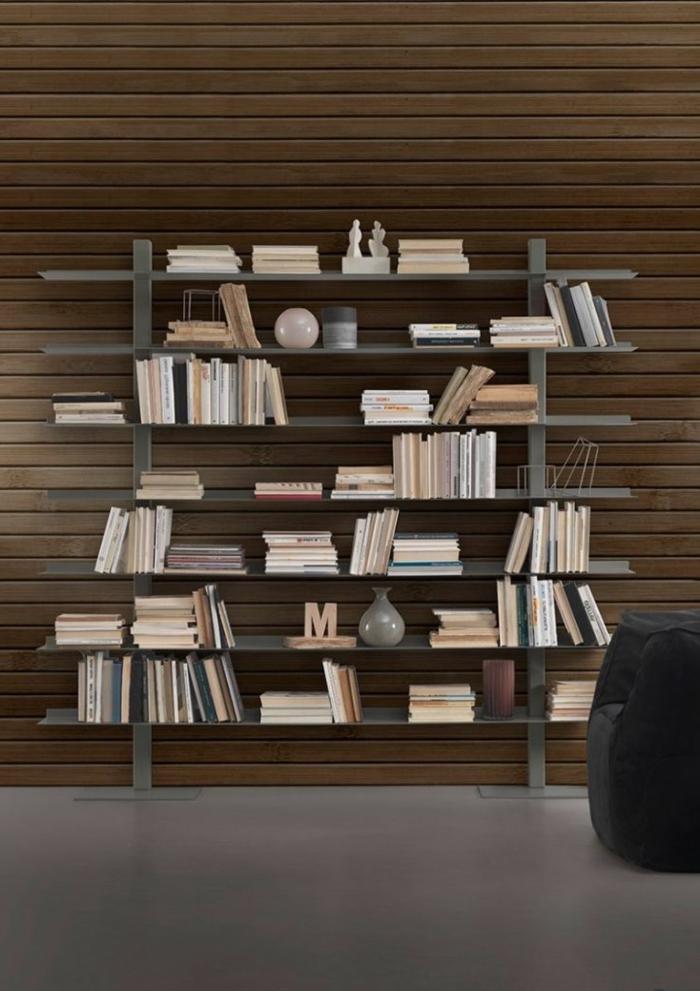 ideas de decoración, librerias,estantería de metal con libros en beige y estatuillas, suelo laminado, pared con tarima