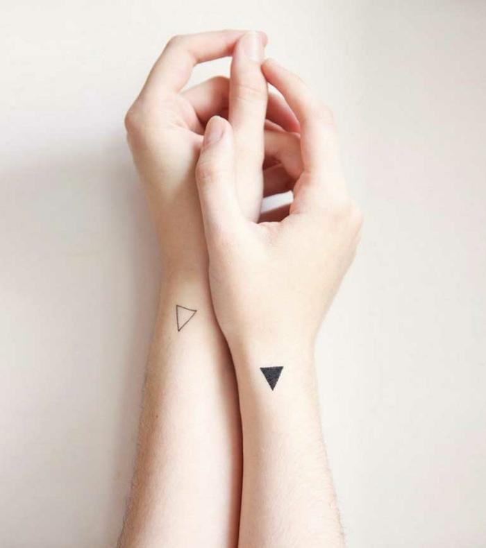 idea de tatuajes para parejas, tatuajes pequeños originales, triángulos minimalistas en la parte lateral de la muñeca, manos con piel blanca