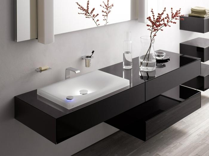 muebles baño, decoración moderna en blanco y negro, lavabo de vidrio con iluminación, mueble lavabo negro de pl´`astico, espejo grande