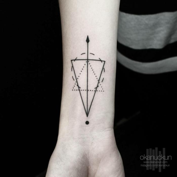 tatuajes de nombres en la muñeca, tatuaje pequeño geométrico con líneas negras, triángulo, círculo y flecha, diseño apto para hombres y mujeres