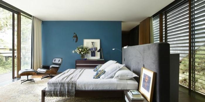 propuestas de encanto para decorar un ambiente con cuadros vintage, pared en azul , grandes ventanales con vista