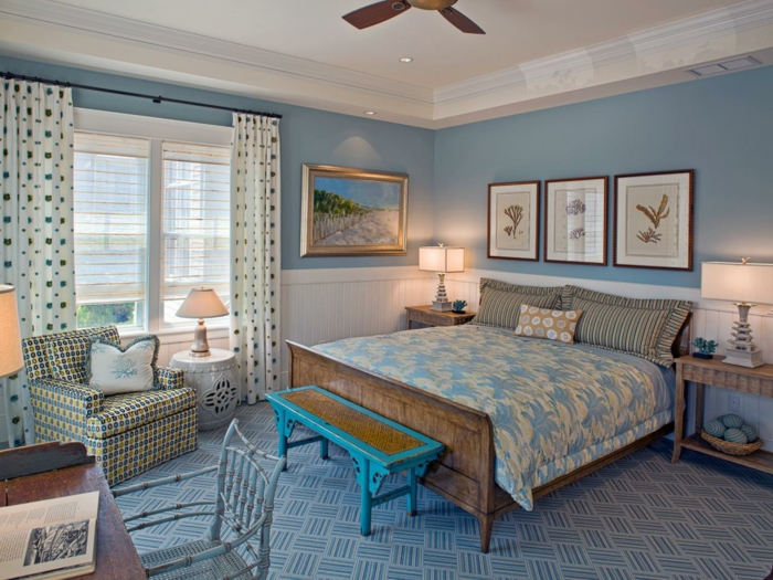 habitación luminosa en tonos fríos y claros, cuadros vintage e marcos dorados, suelo de moqueta en blanco y azul