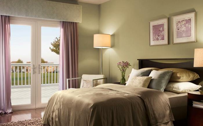 dos cuadros vintage en rosado, ambiente decorado en las tonalidades del verde con detalles en rosado