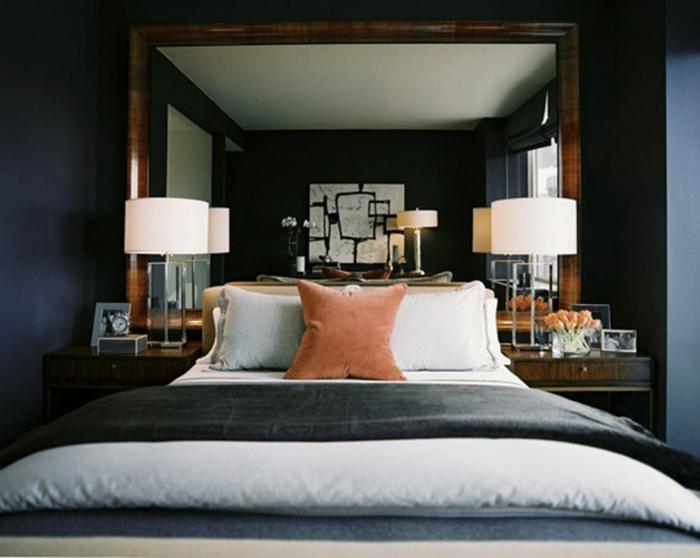 habitación doble con cama con cabecero en beige, cuadros vintage para decorar habitaciones, paredes en azul y grande espejo