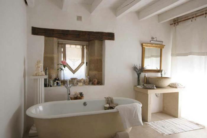 tipos de decoracion rustica, ambiente en blanco con toque rústico, espejo vintage y bañera moderna