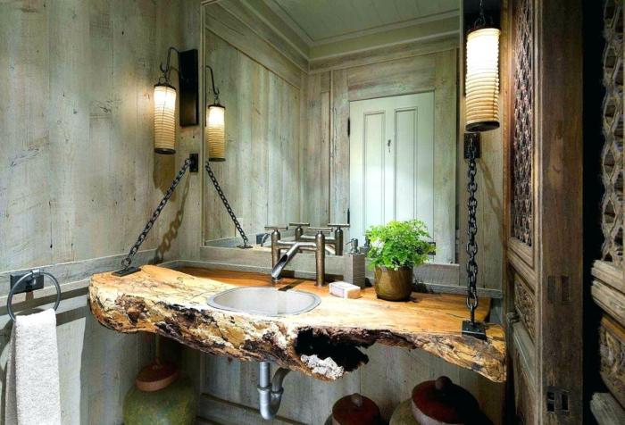 ideas originales para cuartos de baño rusticos , encimera de leña DIY, lámparas originales y paredes revestidas de vigas de madera