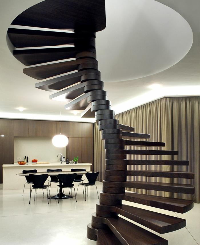 escaleras de madera, salón comedor moderno con isla, cortinas masivas, escaleras de caracol de madera sin barandilla parecidos a esqueleto de animal
