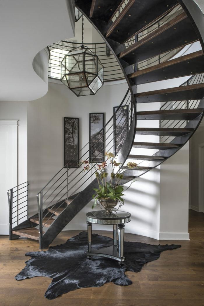 escaleras de madera, casa moderna, suelo laminado, alfombra piel de vaca, escaleras de caeacol de metal y madera con barandilla