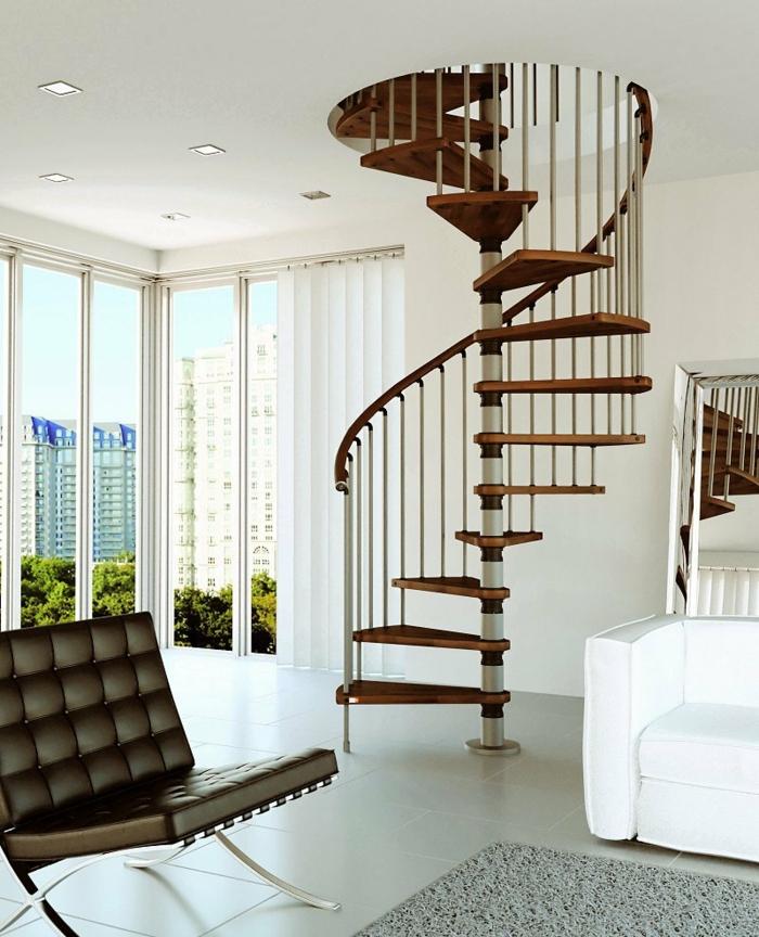 escaleras de madera, salón con vista, ventanales con persianas, sofá blanco y sillón de piel, escalera de caracol prefabricada de madera