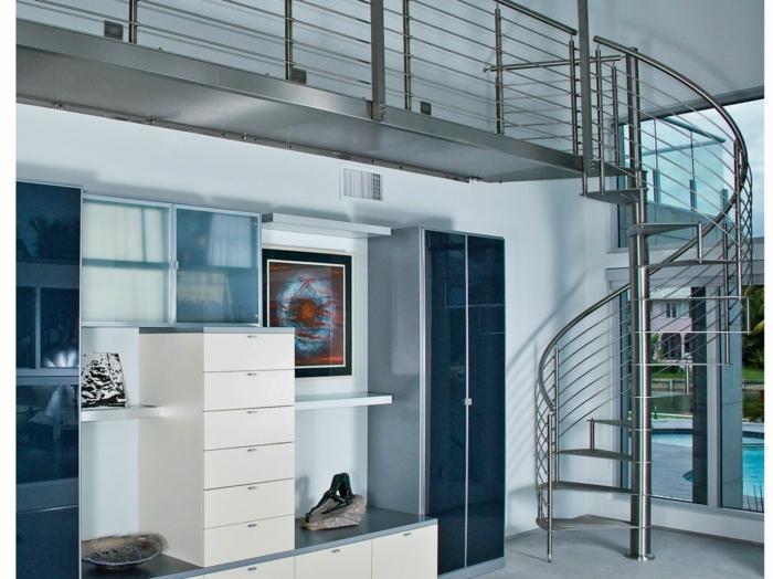 escaleras de madera, salón con balcón interior, escalera metálica de caracol, decoración en azul y beige, ventanas grandes