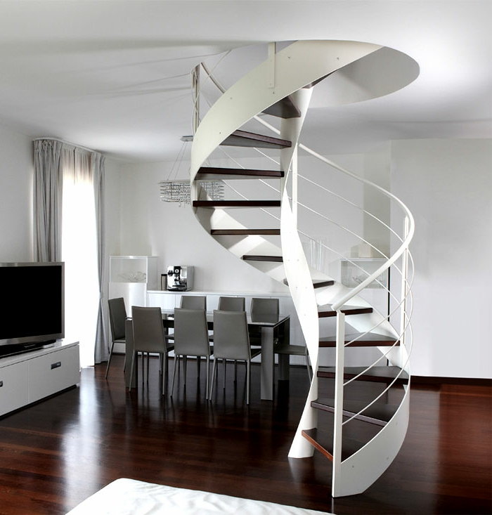 escaleras de madera, salón moderno en blanco y gris, mesa comedor, ventana con cortinas, escaleras de caracol con barandilla de metal