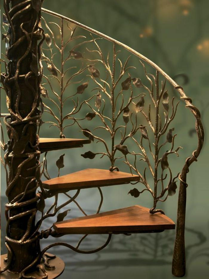 escaleras, escalera de caracol con escalones de madera y barandilla de metal, adornos con hojas de metal