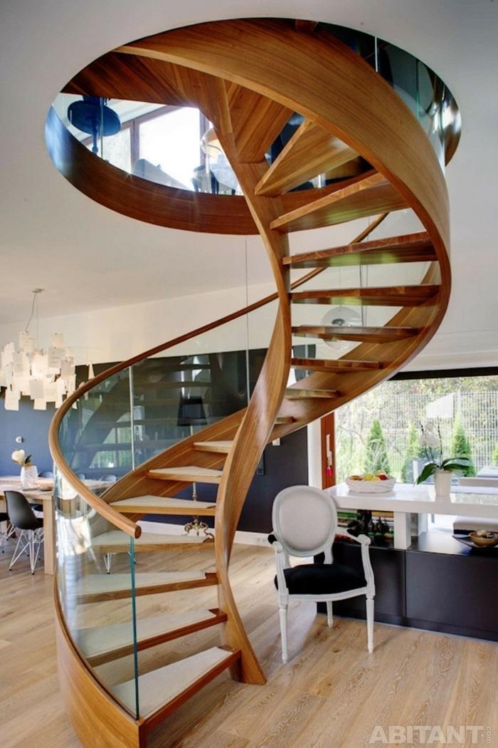 escaleras, salón con pared negra y ventana grande, escalera de caracol con escalones de madera y barandilla de vidrio